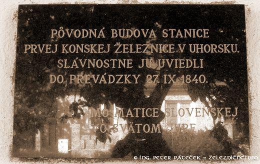 Pamätná tabuľa na budove konskej železnice vo Svätom Jure