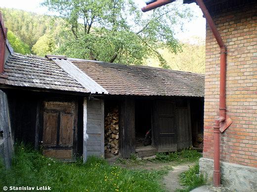 Prakovce - drevený sklad vedľa staničnej budovy
