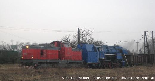 """Motorový rušeň T466.0254 """"Pilštik"""" a parný rušeň 477.013 """"Papagáj"""" smerujú do Kapušian"""
