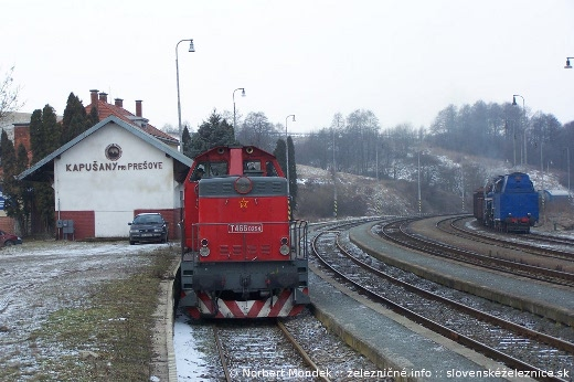 "Motorový rušeň T466.0254 ""Pilštik"" a parný rušeň 477.013 ""Papagáj"" v Kapušanoch"